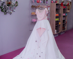 """Création réalisée pour le salon créatif du mariage édition 2015 la """"robe dragées"""" ornée de fleurs que nous avons façonnées une a une.En partenariat avec la créatrice talentueuse Aurelie Dillon (Liedil) photo marion francescato (yon photographie)"""